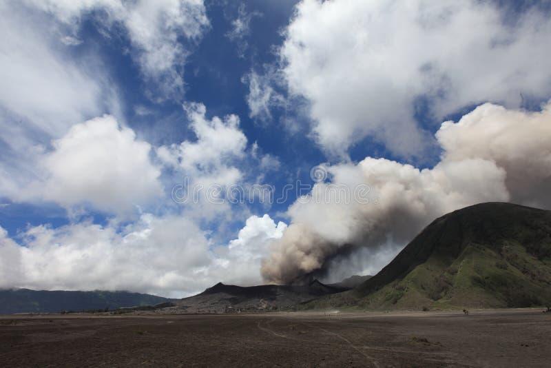 För Gunung Bromo för monteringsBromo vulkan sikt utbrott från synvinkel på monteringen Penanjakan Montera Bromo som lokaliseras i arkivfoto