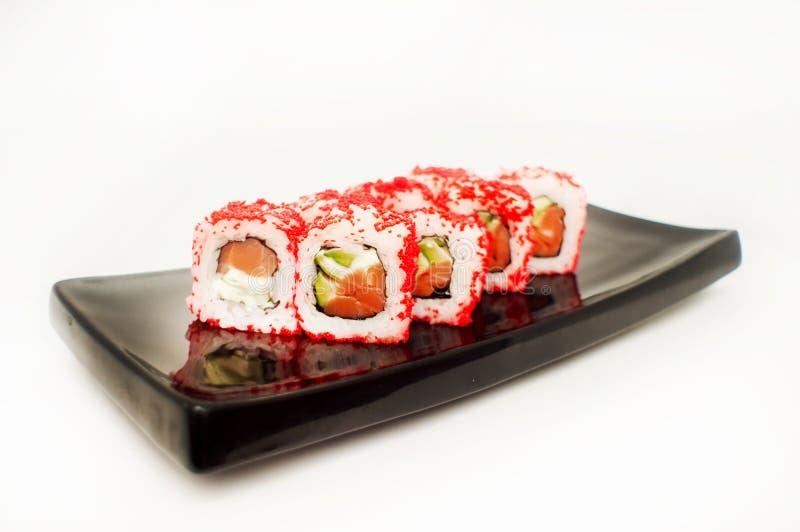 för gurkafisk för ost rökte det kräm- flyget inom maki utanför räkan för laxen för philadelphia den röda fiskromrulle sushitobiko royaltyfria bilder