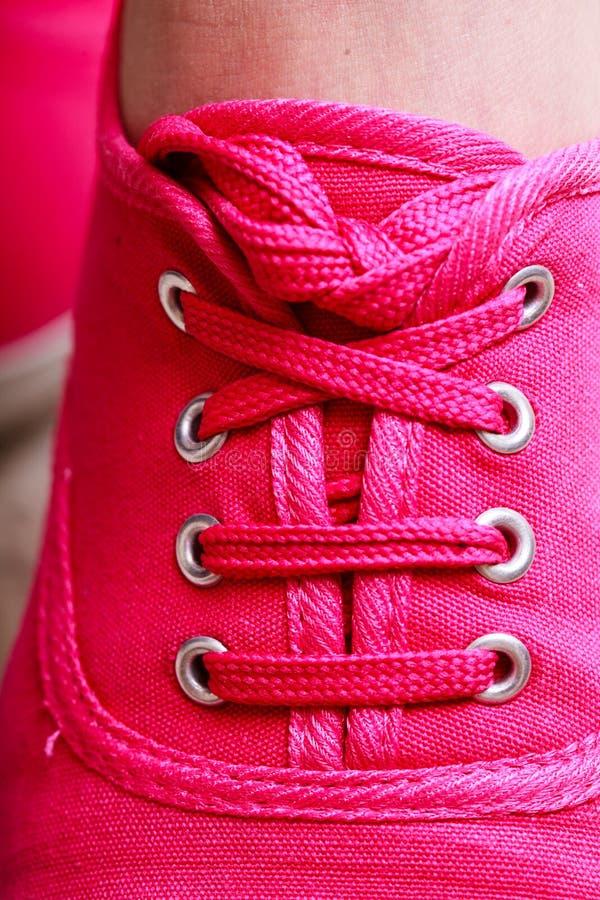 För gymnastikskosko för Closeup tillfällig rosa känga på fot arkivfoto