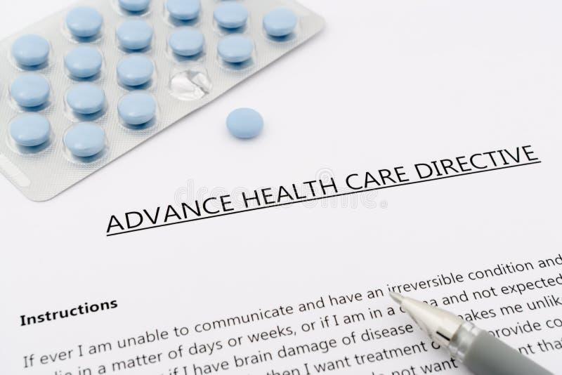 För- hälsovårddirektiv med den blåa pennan för preventivpillerans-grå färger royaltyfri foto