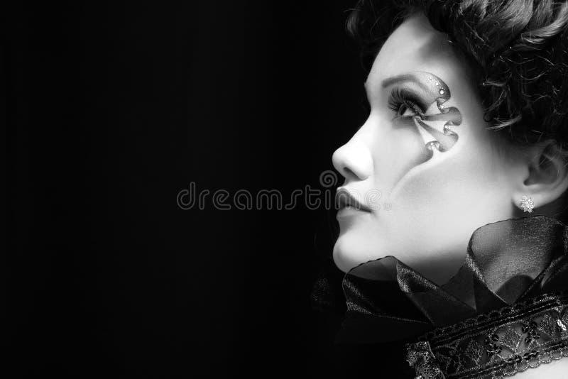 För härlig barock aristokrat halloween för kvinna vampyr över svart royaltyfria bilder