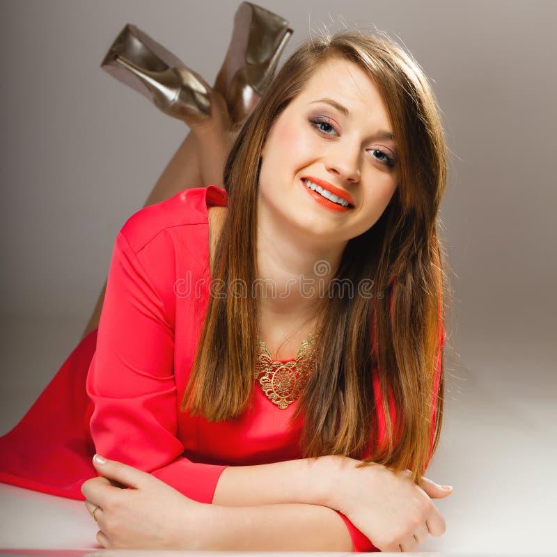 För härlig tonårig flicka modekvinna för stående i röd klänning royaltyfria foton