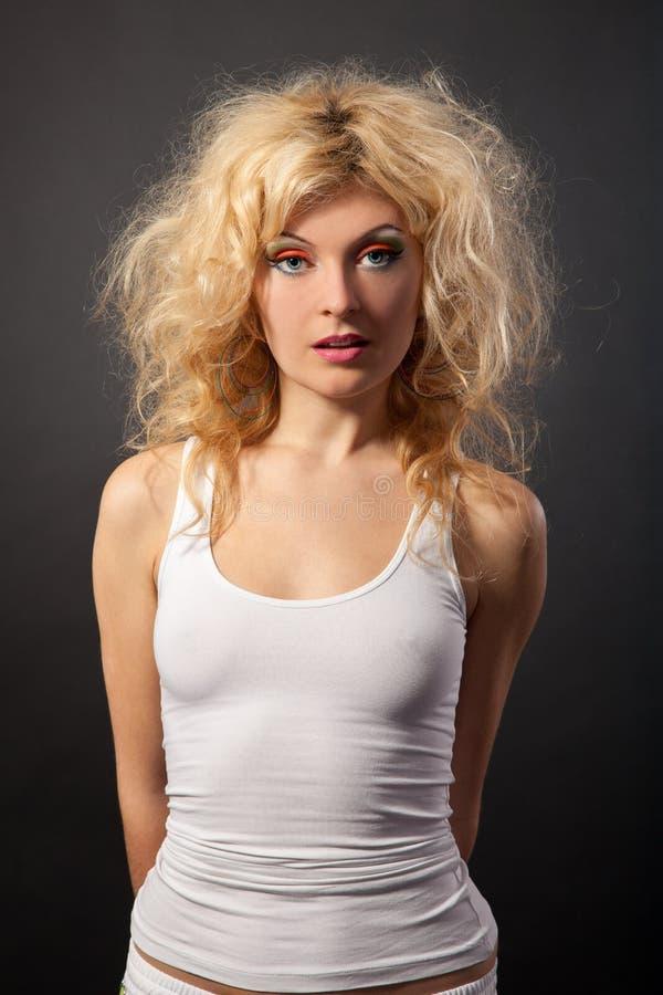 för hårstående för härlig skönhet lockig kvinna arkivbild