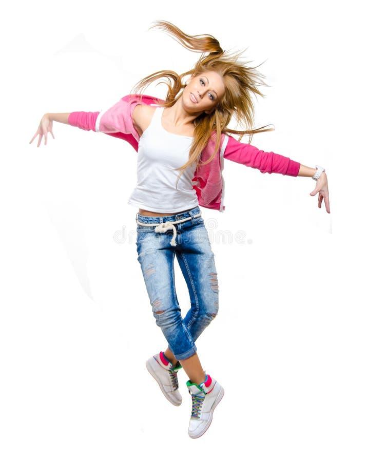 För höftflygtur för ung kvinna banhoppning för dansare i luften arkivfoto