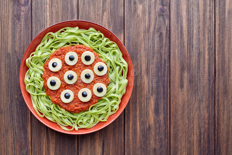 För halloween för grön pasta för spagetti idérik läskigt monster för mat parti fotografering för bildbyråer