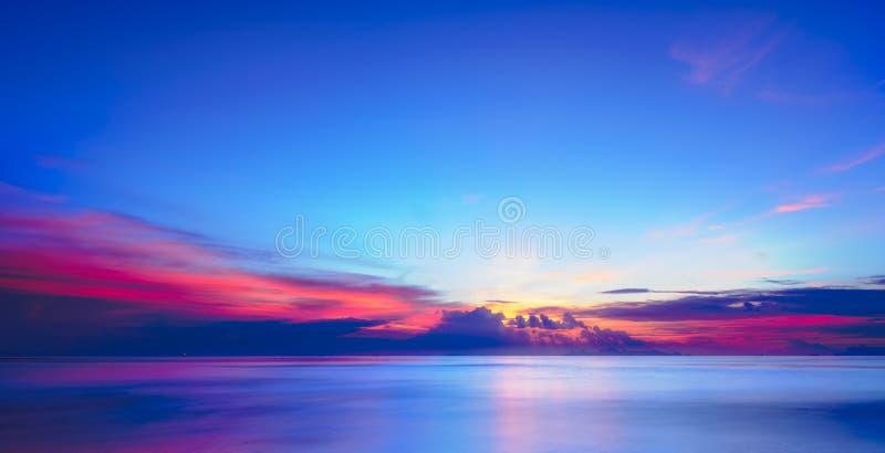 För för havshimmel och moln för solnedgång dramatisk färgrik tropisk bakgrund, L fotografering för bildbyråer