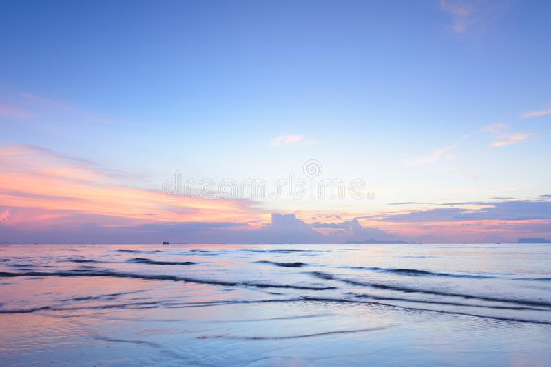 För för havshimmel och moln för solnedgång dramatisk färgrik tropisk bakgrund, L arkivbilder