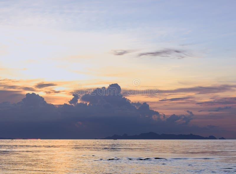För för havshimmel och moln för solnedgång dramatisk färgrik tropisk bakgrund, L royaltyfri bild