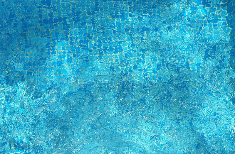 För havssimbassäng för blått vatten textur för bakgrund för smaragd för strand för sommar för semesterort arkivbilder