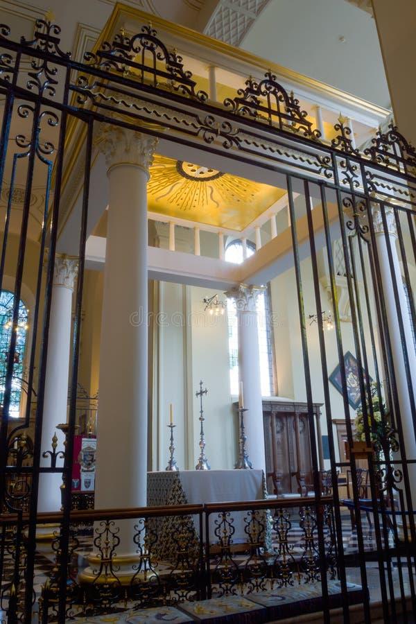 För HDR för Derby Cathedral High Altar Iron korsskärm photogr lodlinje royaltyfri fotografi
