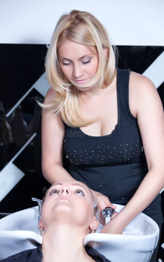 för head tvättande kvinna salongstylist för hår arkivfoton