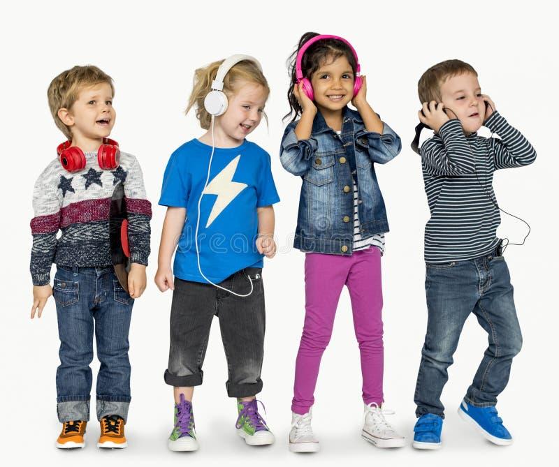 För Heaphones för små barn förtjusande gladlynt musik royaltyfria bilder