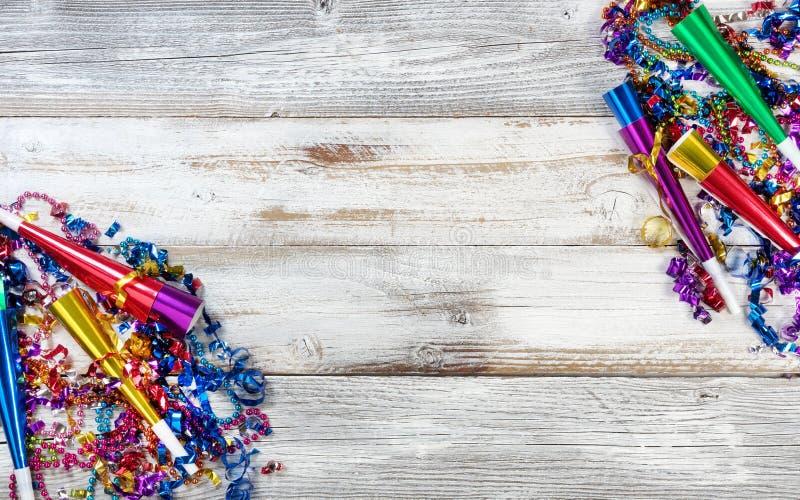 För helgdagsaftonparti för nytt år garneringar på lantlig vit wood bakgrund arkivbild
