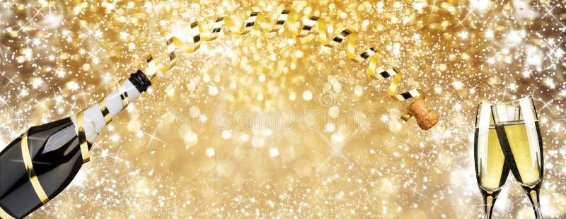 För helgdagsaftonrostat bröd för nytt år 'flöjter för champagne, det guld- bandet och fyrverkerier mousserar guld- bakgrund royaltyfri foto