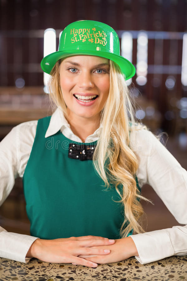 För helgonPatricks för kvinna bärande hatt dag royaltyfri foto