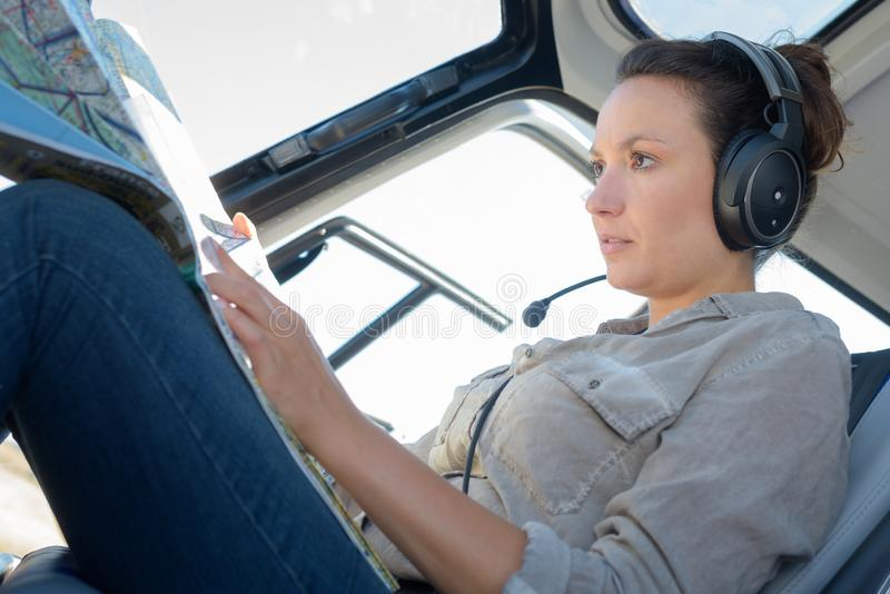 För helikopterpilot för ung kvinna översikt för läsning arkivfoton