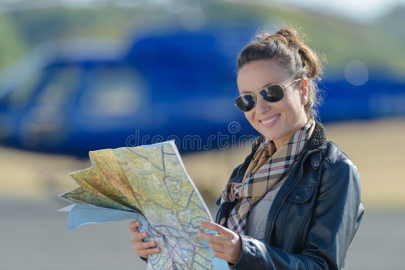 För helikopterpilot för ung kvinna översikt för läsning arkivbild