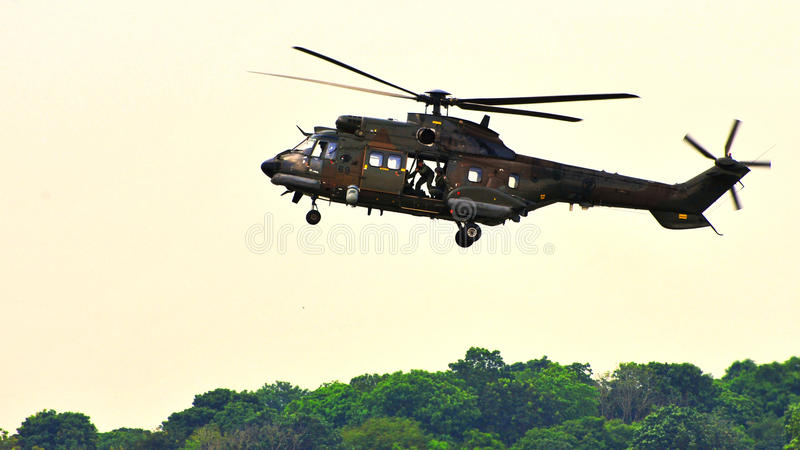 Download För Helikopterpuma För Airfield Supernärmande Sig Rsaf Redaktionell Arkivfoto - Bild av fält, personaler: 19794883