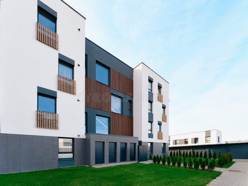 För hemhus för lägenhet utomhus- modern fastighet för bostads- byggnader arkivbilder