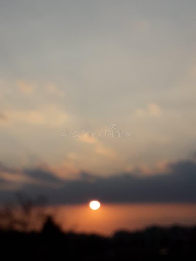 För himmelsol för solnedgång bärnstensfärgade moln royaltyfria foton