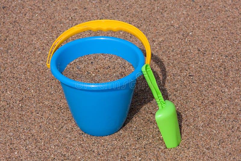 för hinkgreen för strand blå skyffel för sand fotografering för bildbyråer