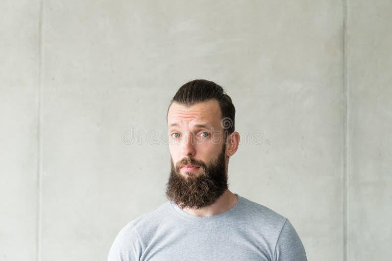 För hipstergrabb för inlevelse medkänsla uppsökt grå vägg arkivfoton