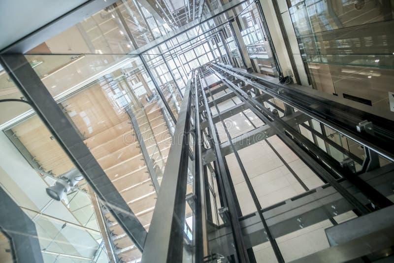 För hissaxel för genomskinlig elevator modern glass byggnad royaltyfri fotografi