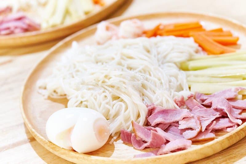 ` För `-Hiyashi chuka, Japansk stil kylde ramennudlar och som överträffade med kött och grönsaken royaltyfria foton