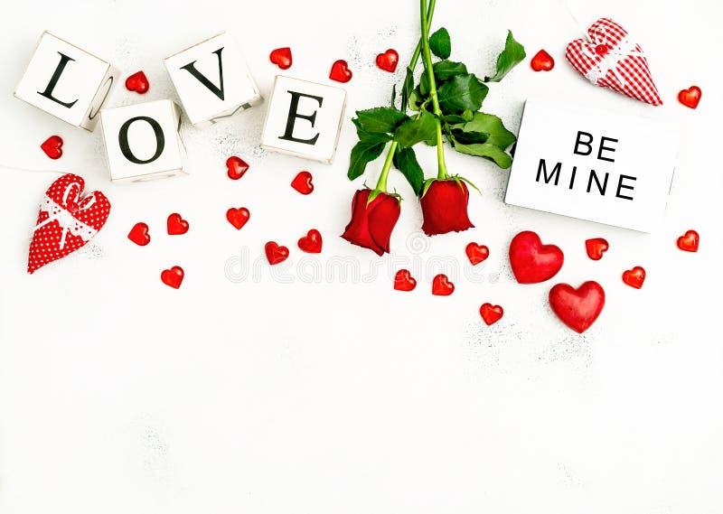 För hjärtagarnering för blommor steg den lekmanna- röda lägenheten för dagen för valentin royaltyfri foto