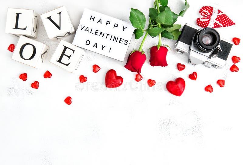 För hjärtagarnering för blommor steg den röda dagen för valentin för kameran för fotoet fotografering för bildbyråer