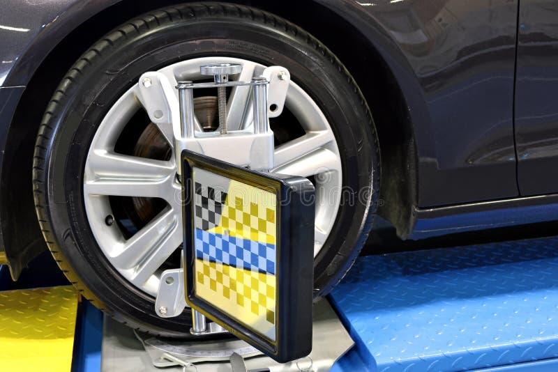 För hjuljustering för bil optiskt mått royaltyfria bilder