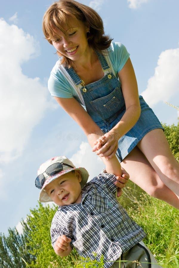 för holdingmoder s för hand lycklig son arkivbilder