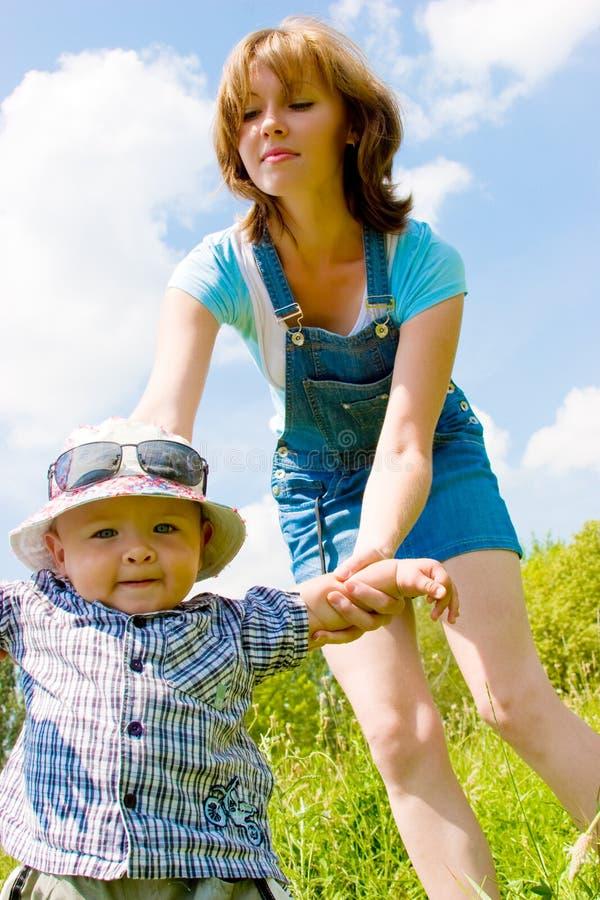 för holdingmoder s för hand lycklig son fotografering för bildbyråer