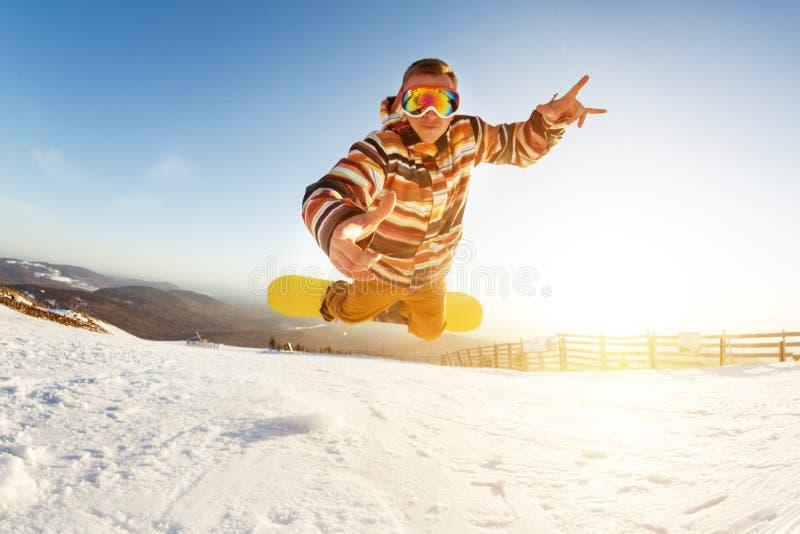 För hopptrick för Snowboarder rolig droppe arkivfoto