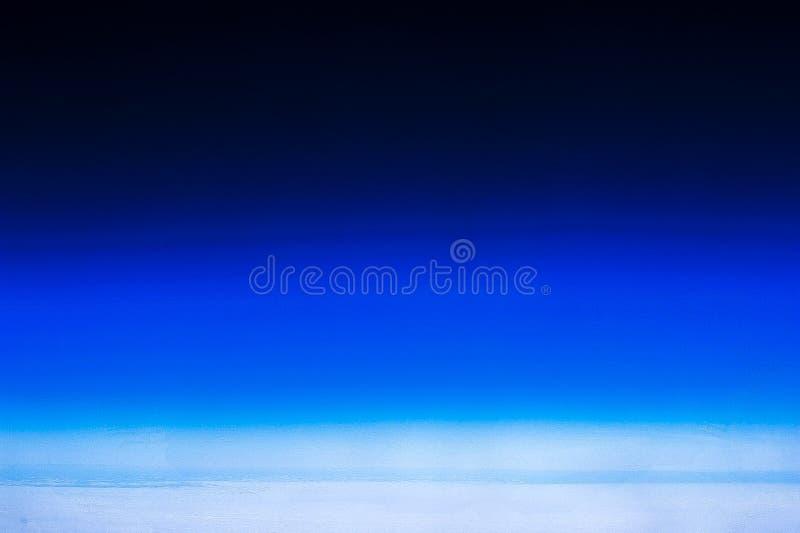För horisont panoramautsikt för blå himmel och molnfrån flygplanet arkivbild