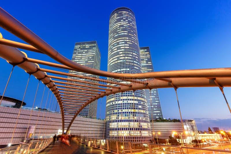 För horisontIsrael för telefon Aviv Azrieli Center arkitektur för blåa timme för natt modern skyskrapor för stad royaltyfri fotografi
