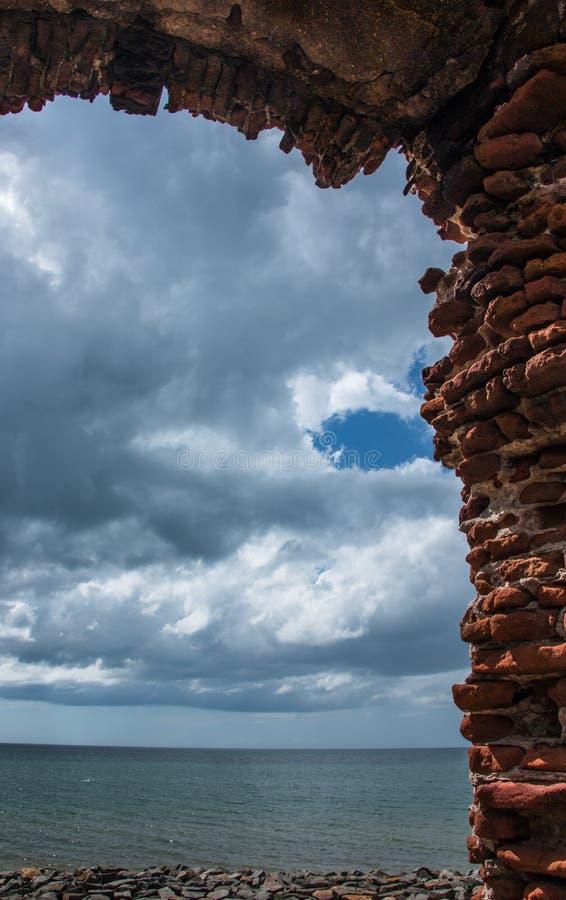 För hotegelsten för blå himmel vägg royaltyfri fotografi
