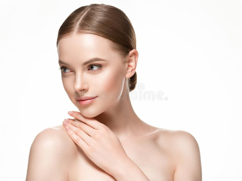 För hudomsorg för härlig kvinna kvinnlig stående för skönhet för framsida för hår och för hud sund nära övre royaltyfri bild