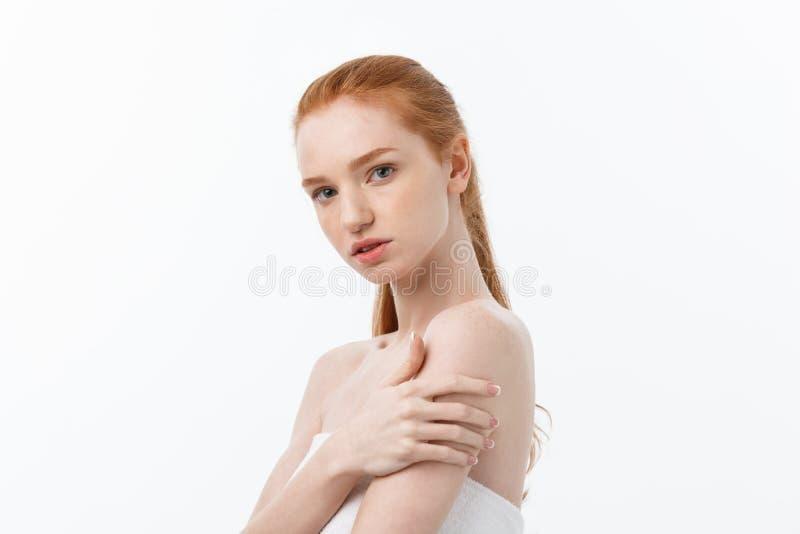 För hudomsorg för härlig kvinna kvinnlig stående för skönhet för framsida för hår och för hud sund nära övre royaltyfria foton