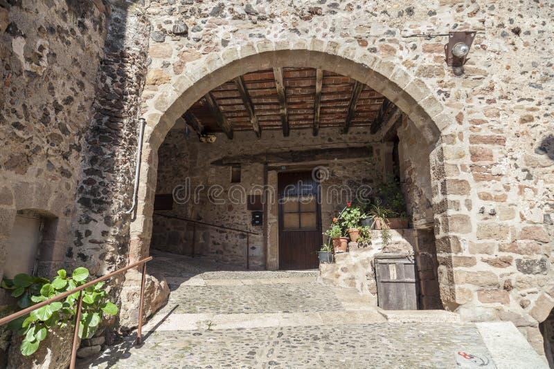 By för hus för detaljfasad typisk och forntida medeltida, i Garr arkivbild