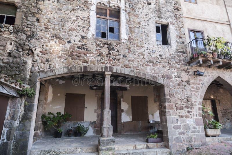 By för hus för detaljfasad typisk och forntida medeltida, i Garr royaltyfri fotografi