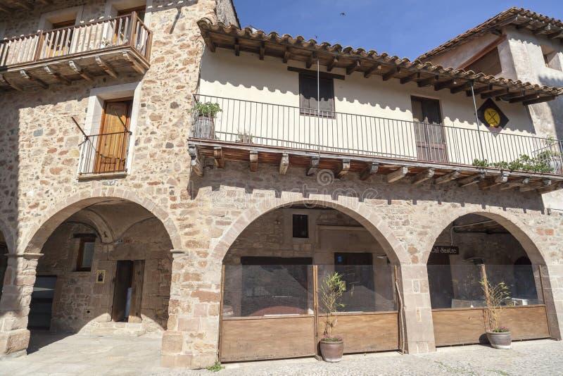 By för hus för detaljfasad typisk och forntida medeltida, i Garr arkivfoton