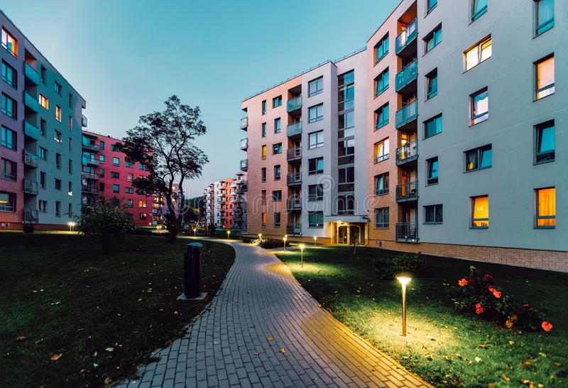För hushem för lägenhet utomhus- afton för modern fastighet för bostads- byggnader arkivbild