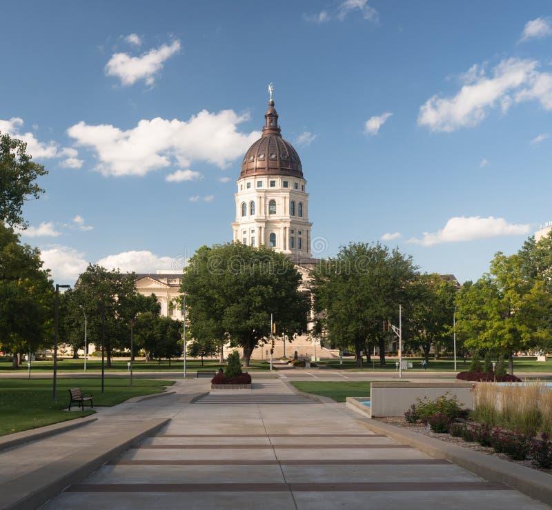 För huvudhorisont för stad Kapitoliumbyggnad för Topeka Kansas i stadens centrum royaltyfri bild