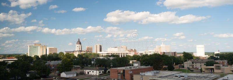 För huvudhorisont för stad Kapitoliumbyggnad för Topeka Kansas i stadens centrum royaltyfria foton