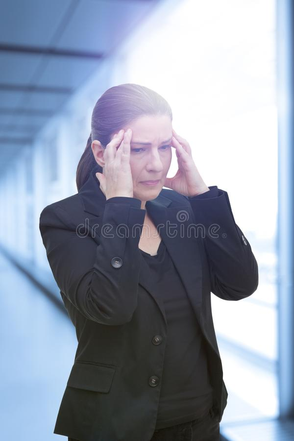 För huvudvärkmigrän för kvinna akut attack arkivfoto