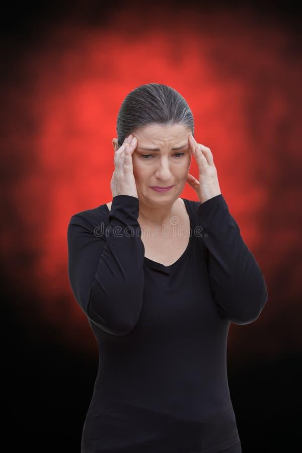 För huvudvärkmigrän för kvinna akut attack royaltyfri bild