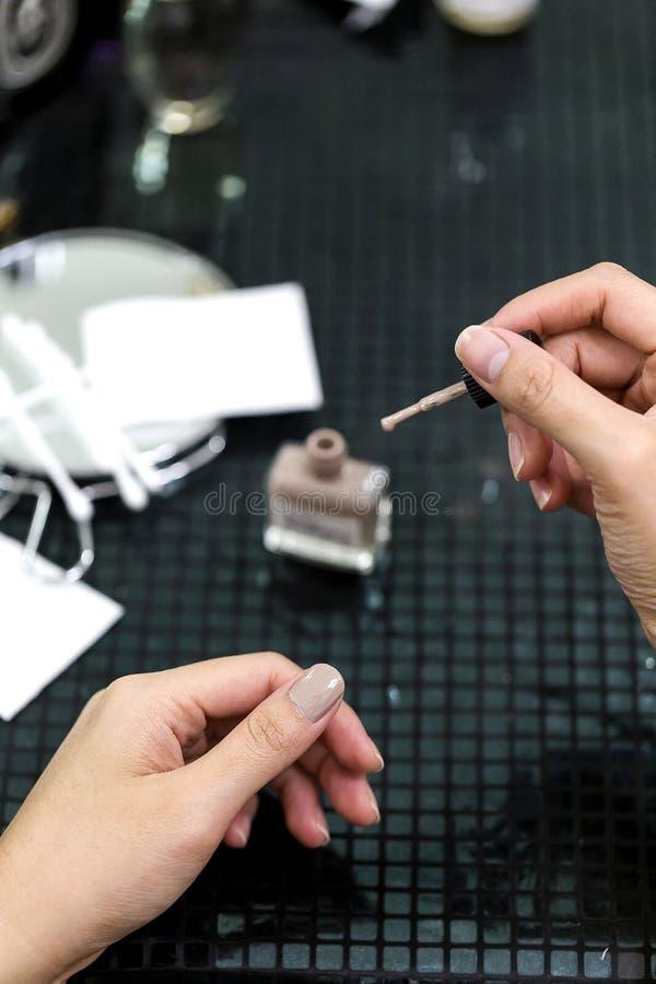 För idémålarfärg för asiatiska kvinnliga händer spikar idérika fingrar med suddighetstillbehör royaltyfria bilder
