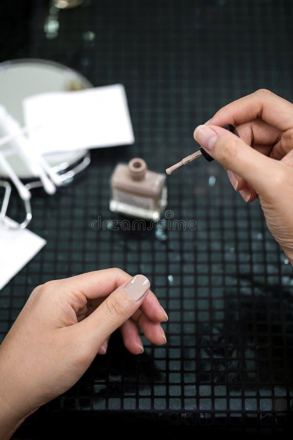 För idémålarfärg för asiatiska kvinnliga händer spikar idérika fingrar med suddighetstillbehör royaltyfri foto