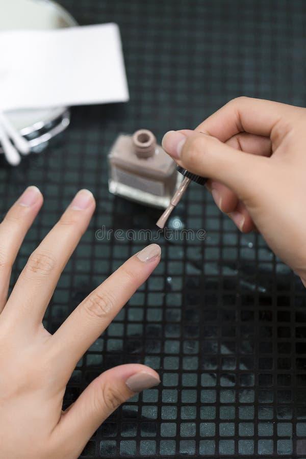 För idémålarfärg för asiatiska kvinnliga händer spikar idérika fingrar med suddighetstillbehör royaltyfri bild